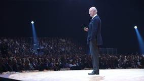 Phane Garelli della st - professore emeritus di competitività del mondo parla prima del pubblico enorme video d archivio