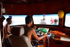 Phang Nga,泰国- 2014年10月7日:在驾驶舱的旅游船员向前对酸值在普吉岛附近的洪Phang Nga海湾 库存图片