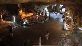 Phang Nga, Таиланд - 30-ое марта 2017: Буддийский висок пещеры с лежа золотым Буддой HD сток-видео