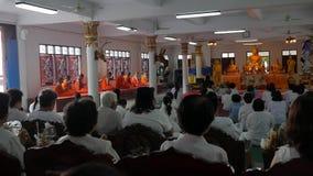Phang Nga, Таиланд - 30-ое марта 2017: Люди в платьях белизны на буддийской церемонии в виске с монахами видеоматериал