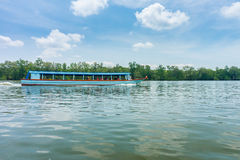 游人的客船在Phang Nga海湾 免版税库存照片