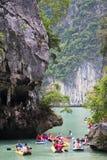 PHANG NGA FJÄRD, THAILAND - CIRCA SEPTEMBER 2015: Turisten som kayaking, turnerar i den Phang Nga fjärden av det Andaman havet, T Royaltyfri Foto