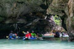 PHANG NGA FJÄRD, THAILAND - CIRCA SEPTEMBER 2015: Turisten som kayaking, turnerar i den Phang Nga fjärden av det Andaman havet, T Arkivbild