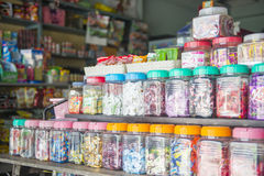 Phang Nga, Tailândia - 24 de julho de 2016: doces na garrafa plástica FO Fotos de Stock