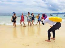 PHANG NGA, TAILÂNDIA - 26 DE ABRIL DE 2017: O guia chinês está tomando a foto para o turista chinês em PP Isaland, gna de Phang foto de stock royalty free