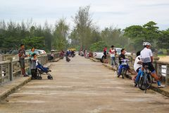 PHANG NGA, TAILÂNDIA - 26 DE MAIO DE 2017: A ponte em Phang Nga com povos está relaxando fotografia de stock
