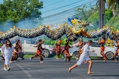 Phang Nga, Tailandia - 15 de octubre de 2018: Grupo de hombres que realizan danza del dragón en la calle que marcha en desfile ve imagen de archivo