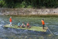 Phang Nga, Thaïlande - 31 juillet 2016 : Bambou transportant par radeau au glacier E Images stock