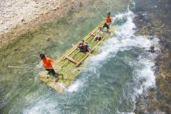 Phang Nga, Thaïlande - 31 juillet 2016 : Bambou transportant par radeau au glacier E Photos libres de droits