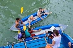 Phang Nga, Thaïlande - 7 octobre 2014 : Le voyageur kayaking pour voir la visée en Phang Nga, Thaïlande Image stock