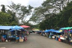 Phang Nga, Thailand - December 1, 2017: Vele herinnering en voedsel winkelen dichtbij de tempel van apen Wat Suwan Khuha, Phang N stock afbeeldingen