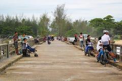 PHANG NGA THAILAND - MAJ 26, 2017: Bron i Phang Nga med folk är avslappnande arkivbild