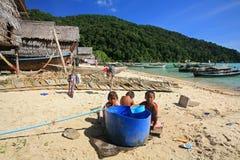 Barn på Morgan, havszigenare, by i Thailand Royaltyfria Bilder