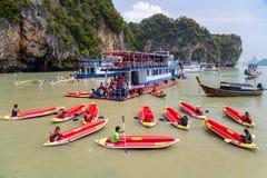 PHANG NGA zatoka, TAJLANDIA - OKOŁO WRZESIEŃ 2015: Turysta kayaking wycieczki turysyczne w Phang Nga zatoce Andaman morze, Tajlan Fotografia Stock