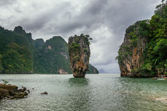 在詹姆斯庞德海岛, Phang Nga海湾,泰国上的Ko Tapu岩石 库存图片