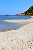 phangan海湾小岛白色海滩的亚洲晃动独木舟南部 库存照片