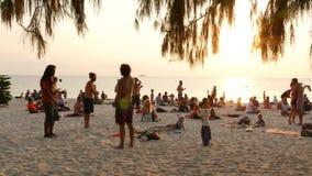 Phangan, Ταϊλάνδη - 23 Φεβρουαρίου 2019 παραλία της Zen Ο νεαρός άνδρας εκπαιδεύει να κάνει ταχυδακτυλουργίες στην τροπική παραλί απόθεμα βίντεο