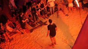 PHANGAN, ΤΑΪΛΑΝΔΗ - 31 Μαρτίου 2018: Κόμμα παραλιών Fullmoon Το Teens έχει τη διασκέδαση στο τροπικό νησί απόθεμα βίντεο