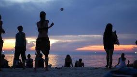 PHANGAN, пляж дзэна ТАИЛАНДА - 23-ЬЕ МАРТА 2019 Силуэты совершителей на пляже во время захода солнца Силуэты молодой сток-видео