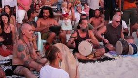 Phangan, Tailândia - 23 de fevereiro de 2019 Zen Beach Os povos felizes jogam a guitarra e os cilindros na costa tropical do verã vídeos de arquivo