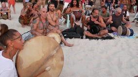 Phangan, Tail?ndia - 23 de fevereiro de 2019 Zen Beach Os povos felizes jogam a guitarra e os cilindros na costa tropical do ver? video estoque