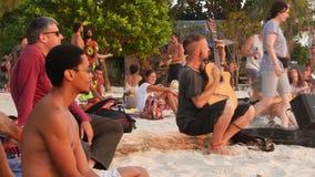 Phangan, Tailandia - 23 de febrero de 2019 Zen Beach El individuo joven sonriente toca la guitarra en una costa tropical del vera almacen de metraje de vídeo