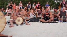Phangan, Tailandia - 23 de febrero de 2019 Zen Beach La gente feliz juega la guitarra y los tambores en costa tropical del verano almacen de metraje de vídeo