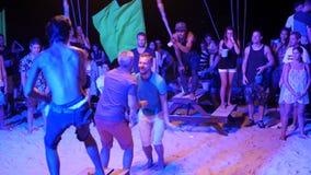 Phangan, Tailandia - 31 de marzo de 2018: Partido de la playa de Fullmoon Las adolescencias se divierten en la isla tropical almacen de metraje de vídeo