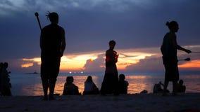 PHANGAN, TAILANDIA - 23 DE MARZO DE 2019 Zen Beach Siluetas de ejecutantes en la playa durante puesta del sol Siluetas de joven metrajes