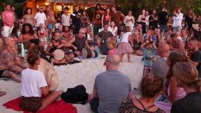 Phangan, Tailandia - 23 febbraio 2019 Zen Beach La gente felice gioca la chitarra ed i tamburi sulla costa tropicale dell'estate  stock footage