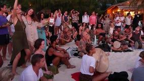 Phangan, Tailandia - 23 febbraio 2019 Zen Beach La gente felice gioca la chitarra ed i tamburi sulla costa tropicale dell'estate  archivi video