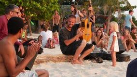 Phangan, Tajlandia - 23 2019 Luty Zen pla?a U?miechni?ta M?oda facet sztuk gitara na tropikalnym raju lata wybrze?u przy zdjęcie wideo