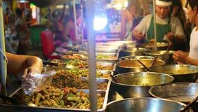 PHANGAN TAJLANDIA, Marzec, - 30,2017: Ulica handel Tradycyjny Azjatycki mięsny satay uliczny karmowy kulinarny plenerowy przy noc zbiory