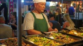 PHANGAN TAJLANDIA, Marzec, - 30, 2017: Ulica handel Tradycyjny Azjatycki mięsny satay uliczny karmowy kulinarny plenerowy przy no zbiory