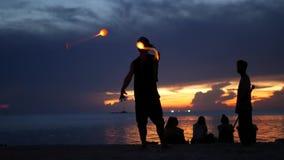 PHANGAN, TAJLANDIA - 23 MARZEC Zen 2019 pla?a Sylwetki wykonawcy na pla?y podczas zmierzchu Sylwetki potomstwa zbiory wideo
