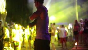 PHANGAN THAILAND, 30 april 2016 Aktivera showen Psykedeliskt neon och luminiscent garnering av dansgolvet lycklig isolerad man fö lager videofilmer