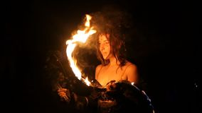 Phangan, Thailand - 16. März 2018: Shiva Moon Goa Trance Party Wilde Stammes- Feuershow stock video