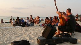 PHANGAN, ΤΑΪΛΑΝΔΗ - 23 ΦΕΒΡΟΥΑΡΊΟΥ 2019 παραλία της Zen Χαμόγελο της νέας κιθάρας παιχνιδιών τύπων σε μια τροπική θερινή ακτή παρ απόθεμα βίντεο