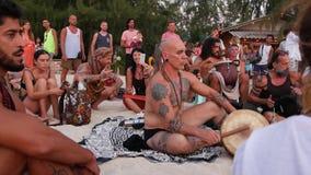 Phangan, Ταϊλάνδη - 23 Φεβρουαρίου 2019 παραλία της Zen Οι ευτυχείς άνθρωποι παίζουν την κιθάρα και τα τύμπανα στην τροπική θεριν απόθεμα βίντεο