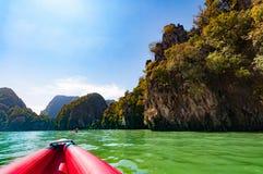 Phangnga-Bucht, die ein schönes szenisches mit großem Kalkstein schaukelt und Stockbild