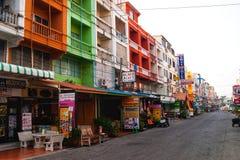 PHANGNGA, TAILÂNDIA - 21 de janeiro de 2013 casa colorida em khaolak no phangnga do fundo da nuvem de cirro e do céu azul, Tailân foto de stock