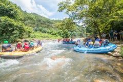 PHANGNGA, TAILANDIA - 23 DE AGOSTO DE 2014: Agua blanca que transporta en balsa en el th Imágenes de archivo libres de regalías