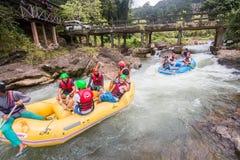 PHANGNGA, TAILANDIA - 23 DE AGOSTO DE 2014: Agua blanca que transporta en balsa en el th Fotos de archivo libres de regalías