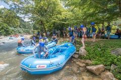 PHANGNGA, THAILAND - AUGUSTUS 23, 2014: Stroomversnelling het rafting op Th Stock Fotografie