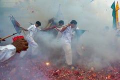 Phangnga, Thailand - 14. Oktober 2018: Gruppe Männer im weißen Kleid, das palanquin mit chinesischer Gottstatue innerhalb an mars lizenzfreies stockfoto