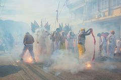Phangnga, Thailand - 15. Oktober 2018: Gruppe Männer im weißen Kleid, das palanquin mit chinesischer Gottstatue innerhalb an mars stockbild
