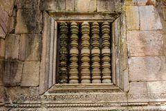 Phanom古老石酒吧窗口在武里喃府,泰国敲响了印度寺庙 库存图片