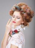 phantasie Frau mit kreativem Make-up und den gefärbten Haaren stockfotos