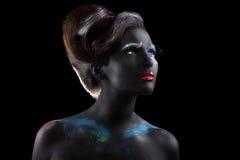 phantasie kunstfertigkeit Extravagante Frau mit kreativem futuristischem Bodyart stockfoto