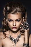 phantasie Spinne, die auf hübschem Frauengesicht sitzt kreativität lizenzfreie stockbilder